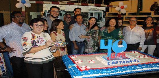 Imagem: Participantes do evento em volta do bolo de 40 anos